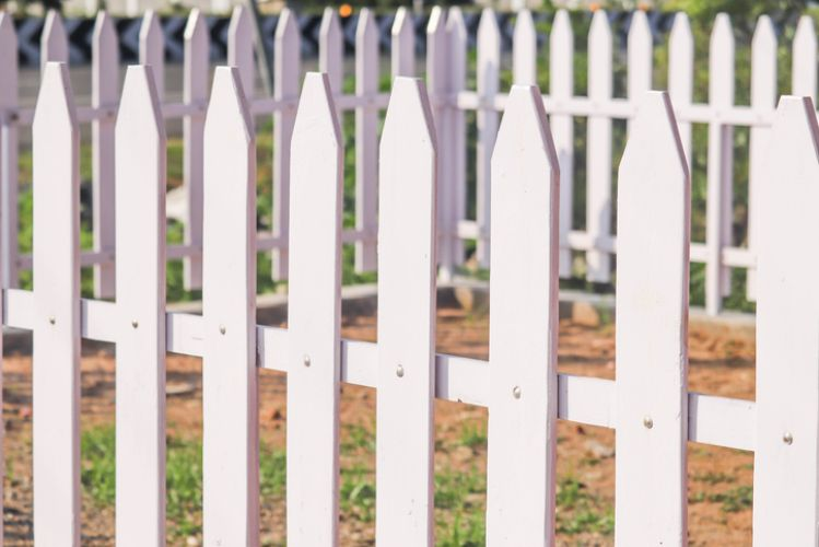 beautiful white picket fence built by wollongong carpenters
